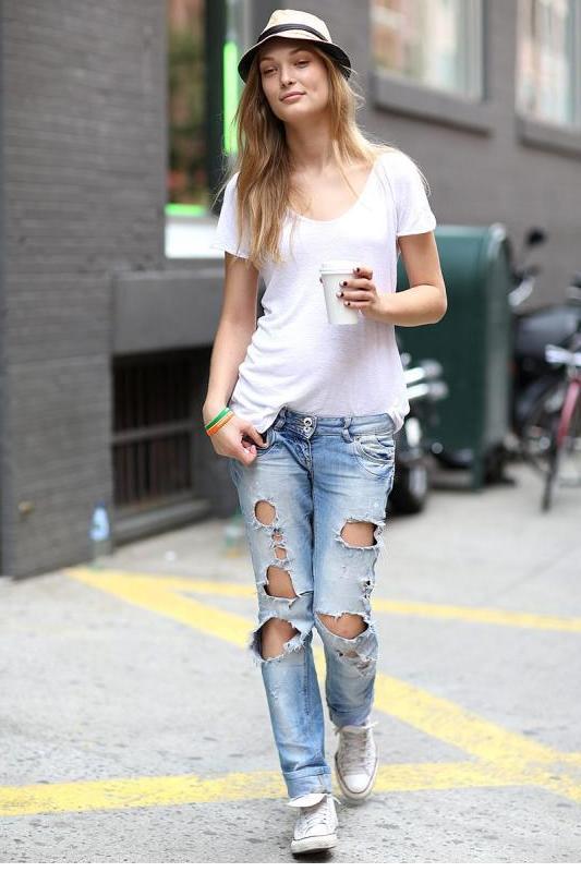 37279a3b0d7e0 Moda dünyasının önde gelen stil isimleri farklı giyim tarzlarında bile  kaynaştırdıkları beyaz spor ayakkabıları ayaklarından çıkarmamaktadır.